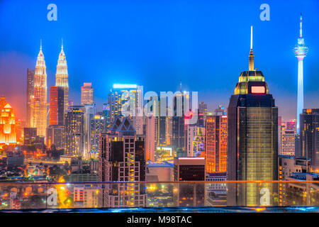 Kuala Lumpur, Malaisie. Night skyline Banque D'Images