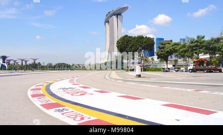 Singapour - 2 avr 2015: Formula One Racing track à Marina Bay Street Circuit. Le symbole de la Formule 1 une fois par an autour de Marina Bay, a attiré plus de 100 000 touristes Banque D'Images