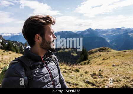 Autriche, Tyrol, portrait de jeune homme en mountainscape looking at view Banque D'Images