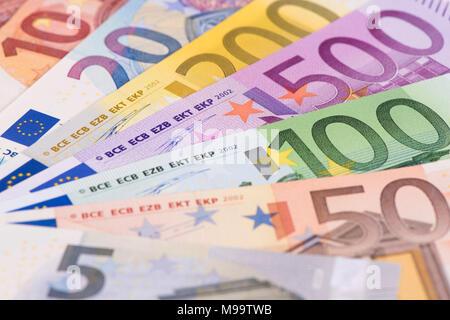 De groupe de billets portant sur la table Banque D'Images