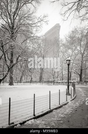 New York, NY, USA - Le 21 mars 2018: Flatiron Building de Madison Square Park avec des chutes de neige. (Noir & Blanc) quartier Flatiron, Manhattan Banque D'Images