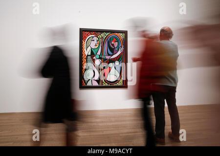 London, Londres, Royaume-Uni. 24Th Mar, 2018. Personnes visitent l'exposition 'EY Picasso 1932 - L'amour, la gloire, la tragédie qui a eu lieu à la Tate Modern, Londres, Angleterre le 24 mars 2018. L'exposition s'achèvera le 9 septembre prochain. Credit: Han Yan/Xinhua/Alamy Live News Banque D'Images
