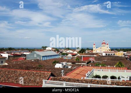 Vue de la ville de Grenade et sa célèbre cathédrale depuis le clocher de Iglesia La Merced dans Granada, Nicaragua Banque D'Images