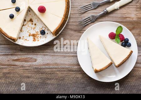 Classic New York Cheesecake sur bois rustique, Vue du dessus et copier l'emplacement pour un texte Banque D'Images