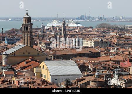 Un navire de croisière AIDA arrive au port au nord de l'île de Venise, Italie, vu du Campanile de San Marco Banque D'Images