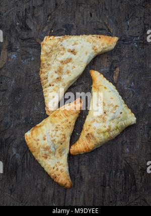 Galettes avec du fromage blanc sur fond de bois. Style rustique. Vue d'en haut. Banque D'Images