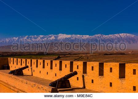 Fort de Jiayuguan est l'extrémité ouest de la Grande muraille construite durant la dynastie Ming (1368 - 1644). C'était une importante forteresse militaire et des waypoint o Banque D'Images