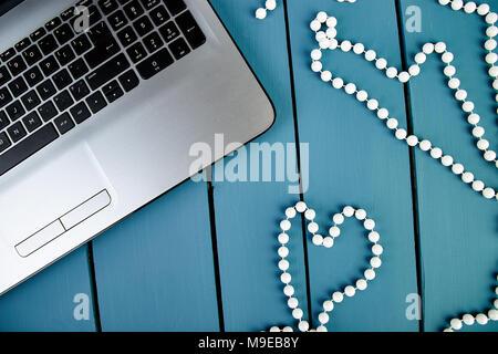 Les femmes modernes de travail avec ordinateur portable ou ordinateur portable. Still Life, les affaires, les fournitures de bureau ou de l'éducation concept. Mise à plat. Vue d'en haut. Coeur, symbole de l'amour. Banque D'Images