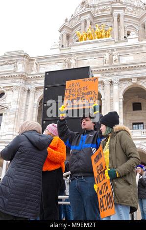 SAINT PAUL, Minnesota, USA - Le 24 mars 2018: étudiants détiennent des panneaux en mars pour notre vie rassemblement au State Capitol à Saint Paul.