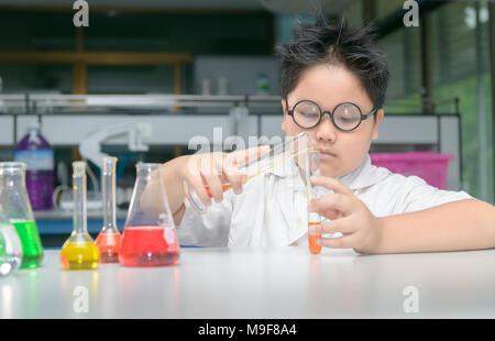 Asian boy étudiant fait des expériences scientifiques dans l'éducation, de la science et de l'école laboratoire chemical education concept. Banque D'Images