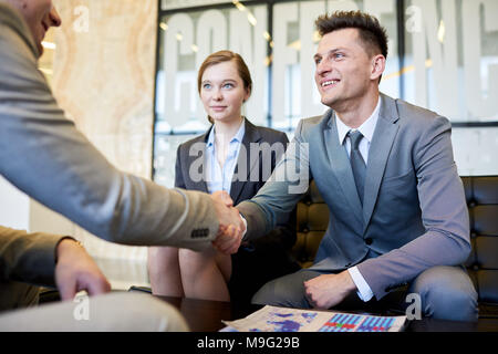 Business People Shaking Hands at Meeting Banque D'Images