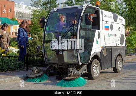Moscou, Russie - 17 mai 2014: Street Sweeper dans le jardin d'Alexandre. Environ 6 000 rue de travail de nettoyage par le vide dans la partie centrale de Moscou Banque D'Images
