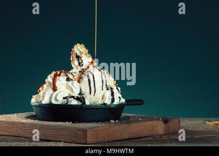 La crème glacée au chocolat avec des aliments doux de dessert Banque D'Images