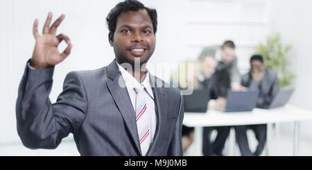 Premier plan, un jeune homme d'un geste montre OK Banque D'Images