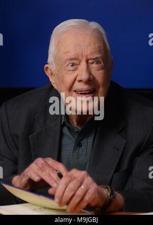 """New York, USA. 26 mars, 2018. L'ancien président américain Jimmy Carter sourit lors d'un événement de signature de livre pour son nouveau livre 'La foi: un voyage pour tous"""" à la librairie Barnes & Noble à Midtown Manhattan, le 26 mars 2018 dans la ville de New York. Crédit: Erik Pendzich/Alamy Live News Banque D'Images"""