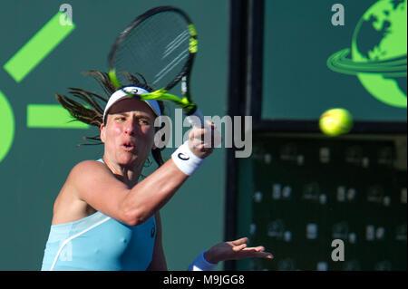 Miami, USA. Mar 26, 2018. La Johanna Kota renvoie une balle contre nous. Venus Williams, au cours d'un quatrième tour à l'Open de tennis de Miami à Key Biscayne, Miami, Floride, USA, 26 mars 2018. Credit: Giorgio Viera/EFE/Alamy Live News Banque D'Images