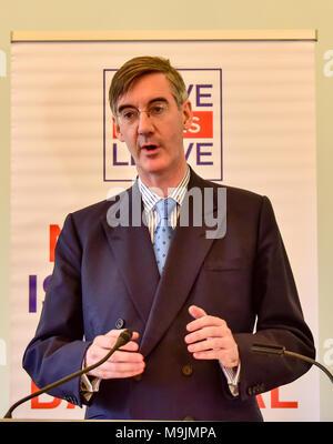 """Londres, Royaume-Uni. 27 mars 2018. Jacob Rees-Mogg Brexit donne un discours lors d'un événement désigne le congé congé dans le centre de Londres. Le député conservateur Rees-Mogg claquée Bruxelles pour son """"approche de l'intimidation"""" et a dit qu'ils ont entamé des négociations """"dans l'esprit de qu'ils connaissent le mieux et nous devons faire comme on nous dit"""". Crédit: Peter Manning/Alamy Live News"""