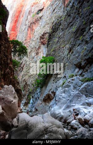 Les touristes entre le géant des rochers et des murs de montagne. SAKLIKENT CANYON, près de la ville de Fethiye, TURQUIE - Octobre 06, 2011 Banque D'Images