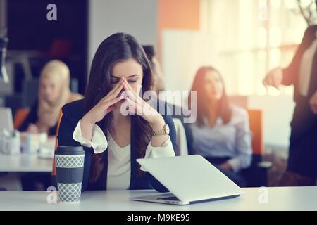 Les jeunes occupés belle femme d'affaires d'Amérique latine souffrant de stress à l'ordinateur de bureau Banque D'Images
