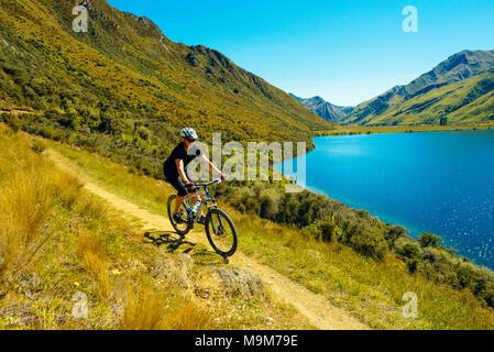 Du vélo de montagne sur le sentier du lac Moke près de Queenstown, Nouvelle-Zélande Banque D'Images