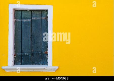 Mur jaune et fenêtre en bois, l'île de Burano, Venise, Italie Banque D'Images