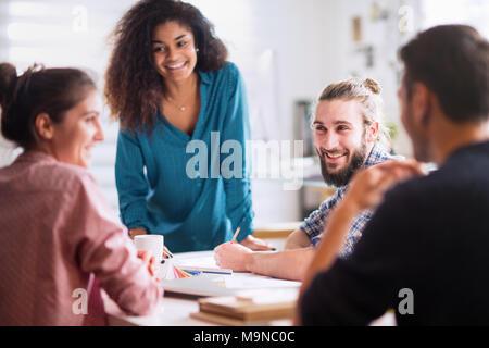 Réunion au bureau. un blackwoman discute avec ses collègues