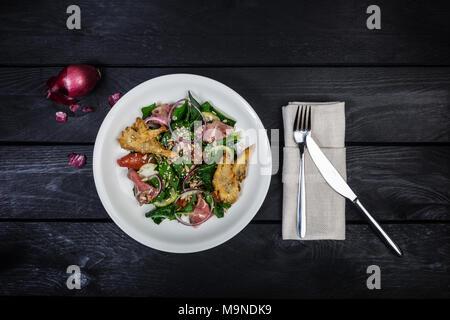 Salade d'épinards avec le rôti de bœuf et les champignons dans la chapelure. Banque D'Images
