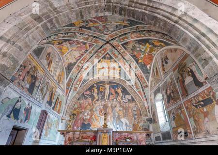 Fresques sur l'autel dans l'église paroissiale (Chiesa Parocchiale) du 15ème siècle, le Val Maira, Elva, Piemonte, Italie Banque D'Images