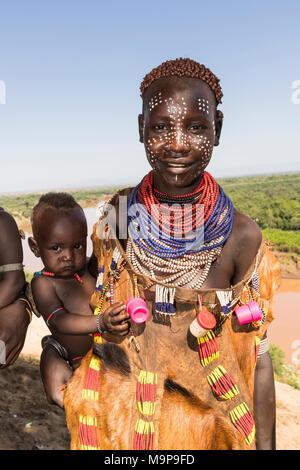 """Les jeunes femmes avec la peinture du visage et son bébé, la tribu Karo, derrière la rivière Omo, dans le sud de l'ONU des nationalités et des peuples de la région"""" Banque D'Images"""