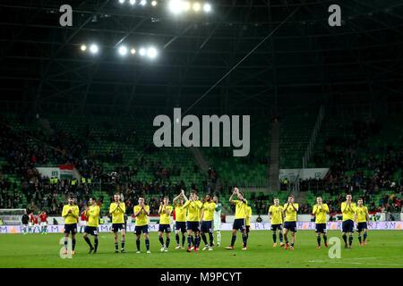 Les joueurs applaudissent l'Ecosse les fans après avoir gagné 1-0 contre la Hongrie à la fin de la match amical à l'Aréna de Groupama, Budapest.