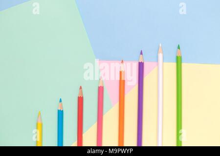 Crayons de couleur sur fond pastel tableau forfaitaire minime créative concept laïcs. Banque D'Images