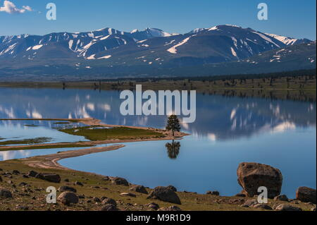 Lac Khoton, montagnes couvertes de neige dans le dos, en Mongolie Banque D'Images