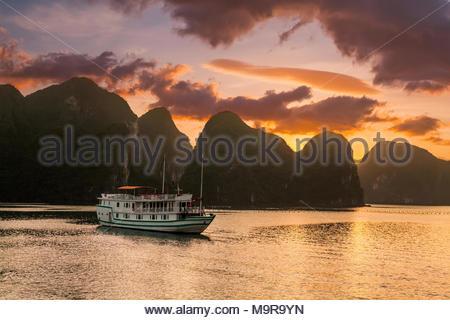 Coucher de soleil sur les îles de la Baie d'Halong au Vietnam. Arrière-plan un paysage extraordinaire Banque D'Images