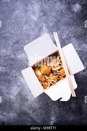Nouilles au tofu et légumes à la case Banque D'Images
