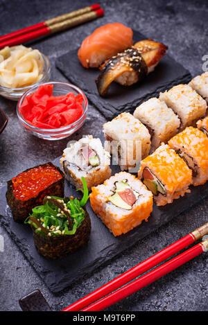 Rouleau de sushi et situé sur le tableau noir Banque D'Images