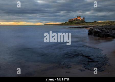 Château de Bamburgh lever du soleil sur la côte de Northumberland Banque D'Images