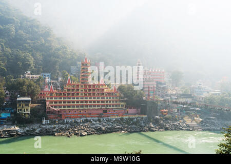 Rishikesh, Inde - Novembre 4th, 2017. Vue de la rivière Ganga, Lakshman Jhula bridge et Tera Manzil Trimbakeshwar Temple, à Rishikesh Banque D'Images