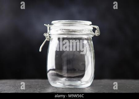 Pot en verre sur fond sombre Banque D'Images