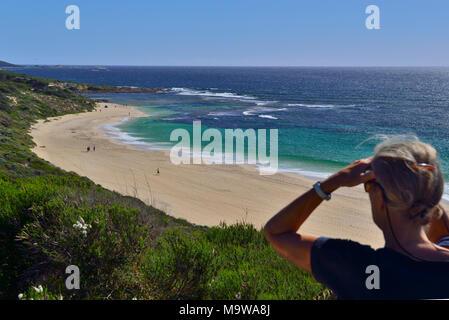Femme à la plage vers le sud le long de Yallingup. Yallingup L'ouest de l'Australie, de Yallingup Banque D'Images