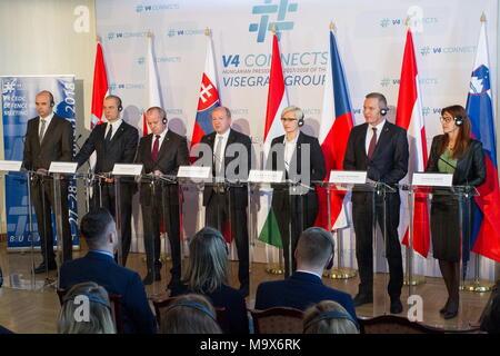 (180328) -- Budapest, 28 mars 2018 (Xinhua) -- (de G à D) sous-ministre de la défense croate Petar Mihatov politique, le vice-ministre polonais Tomasz Szatkowski, Ministre de la Défense Slovaque Peter Gajdos, hongrois Istvan Simicsko, Ministre de la Défense, le ministre de la défense tchèque Karla Slechtova, Ministre autrichien de la Défense nationale et des Sports Mario Kunasek, et le ministre de la défense slovène Andreja Katic, assister à une conférence de presse conjointe à la suite d'une réunion de la coopération européenne de défense (CEDC) à Budapest, Hongrie, le 28 mars 2018. Les fonctionnaires de la défense des six pays d'Europe centrale