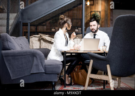 Business couple au café Banque D'Images