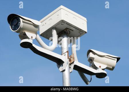 Une caméra de surveillance pour la sécurité de fonctionnement dans le jardin , sur fond de ciel bleu