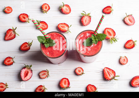 Smoothie aux fraises en verre sur fond blanc. Boisson d'été cocktail. L'alimentation saine et dieting concept petit-déjeuner. Vue d'en haut Banque D'Images