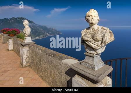 Statues blanches décorer une terrasse de l'infini en mer au-dessus de la Villa Cimbrone à Ravello, Côte Amalfitaine, en Italie. Banque D'Images