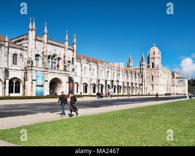 5 mars 2018: Lisbonne, Portugal - touristes profitant du soleil au début du printemps au Monastère de Jeronimos, Belem. Banque D'Images