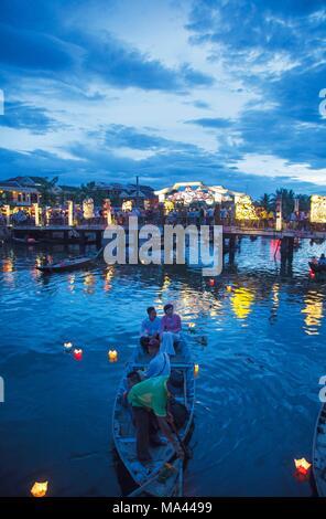 La fête des lanternes sous une pleine lune avec des bougies flottant dans la rivière Thu Bon à Hoi An, Vietnam Banque D'Images