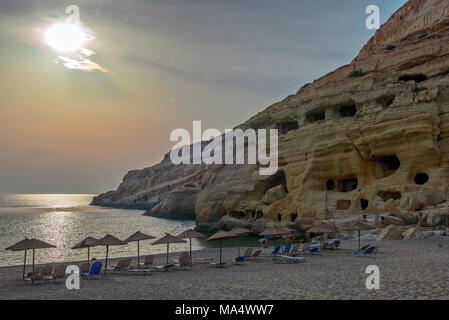 La plage de Matala au coucher du soleil sur l'île de Crète, Grèce Banque D'Images