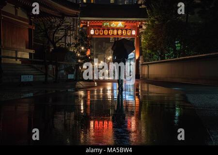 L'Asie, Japon, Nihon, Nippon, Tokyo, Asakusa, Taito, personnes avec parapluie promenades dans la pluie Banque D'Images