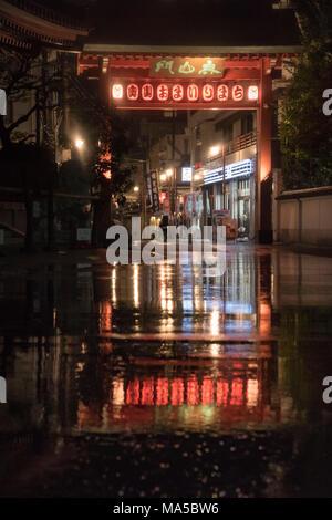 L'Asie, Japon, Nihon, Nippon, Tokyo, Asakusa, Taito, lanternes sont se reflétant dans une flaque d'eau de pluie