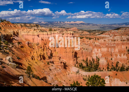 USA, Utah, Garfield Comté, Bryce Canyon National Park, amphithéâtre vers Escalante montagne, vue de Rim Trail entre le coucher et le lever du soleil Point Banque D'Images